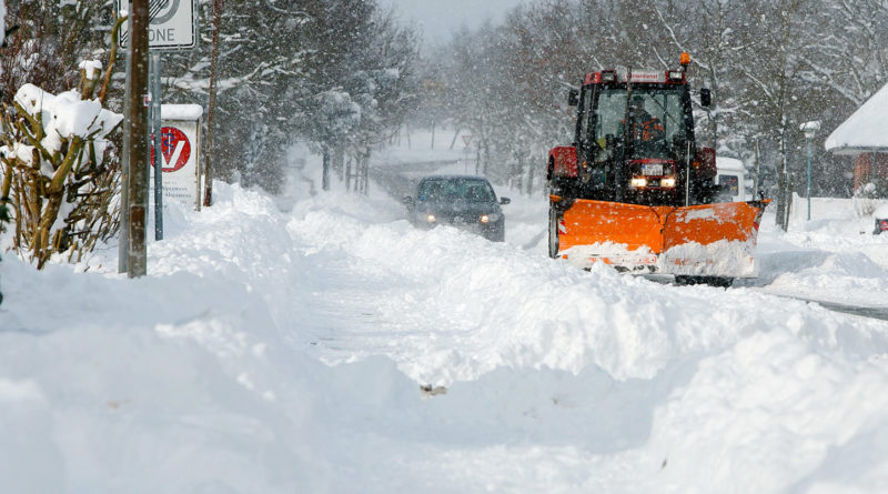 M63JJY Bredstedt, Germany. 28th Feb, 2018. A snow plough in operation in Bredstedt, Germany, 28 February 2018. Strong snowfall lead to a difficult traffic situation on the streets of Nordfriesland. Credit: Frank Molter/dpa/Alamy Live News
