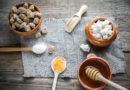 Med a cukr: z hlediska konvenční dietetiky skoro totéž, z celostního pohledu nebetyčný rozdíl