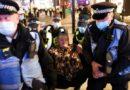 Mainstreamový novinář prohlédl a smutní nad britským policejním státem