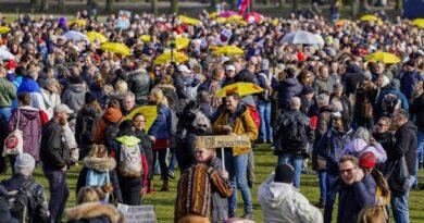 Proti lockdownům se protestuje po celém světě